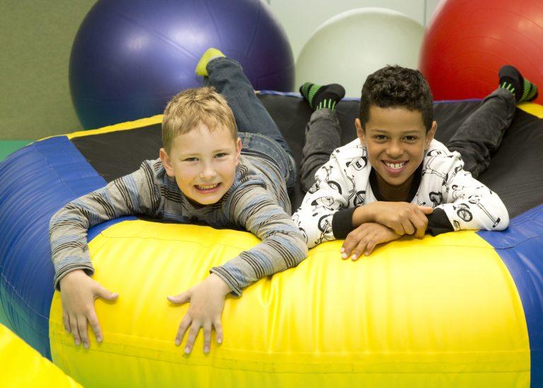Zwei Jungen auf einem Hüpfsack